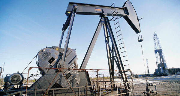 World oil prices fluctuate on weak data on U.S. inventories