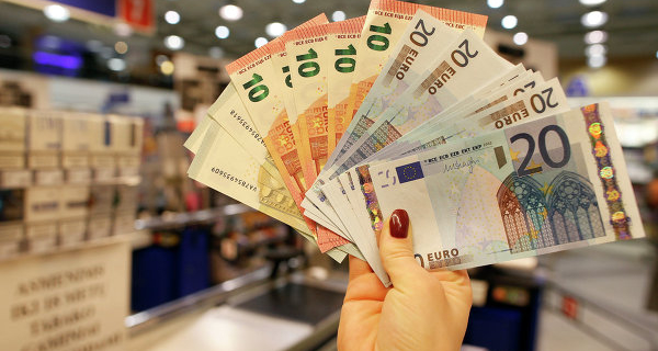 The ruble at the beginning of day decreased against the dollar and the Euro