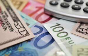 The dollar continues to strengthen, the Euro fell to lows of April