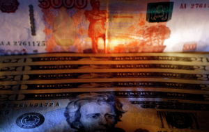 The ruble against the dollar was traded in the evening near the low of the year on weak oil