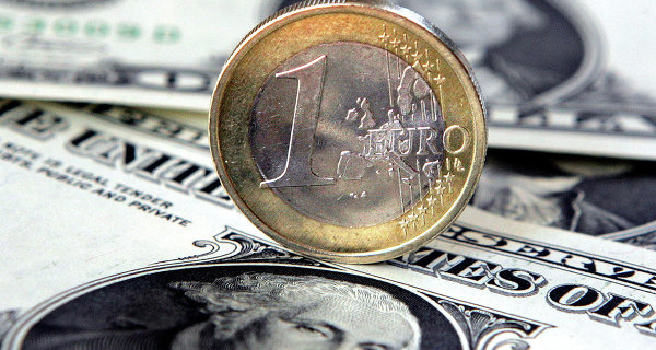 The Euro fell below 76 rubles for the first time since December 11
