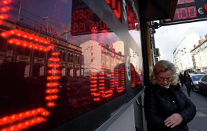 The ruble fluctuated in the evening in the red amid low market activity