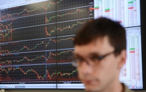 The stock market closed mixed amid falling ruble