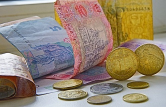 The hryvnia fell to a level 27,23 per dollar