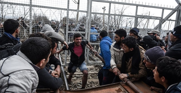 Workers broke through from Greece to Macedonia with a RAM