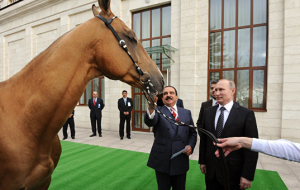 Putin gave the king of Bahrain horse, the king presented the sword of Victory