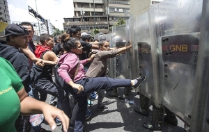 In the capital of Venezuela took to the streets hundreds of require food demonstrators